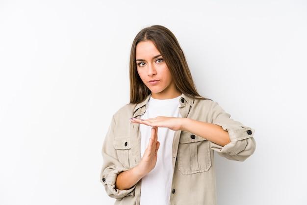 Jovem mulher caucasiana isolada, mostrando um gesto de tempo limite.