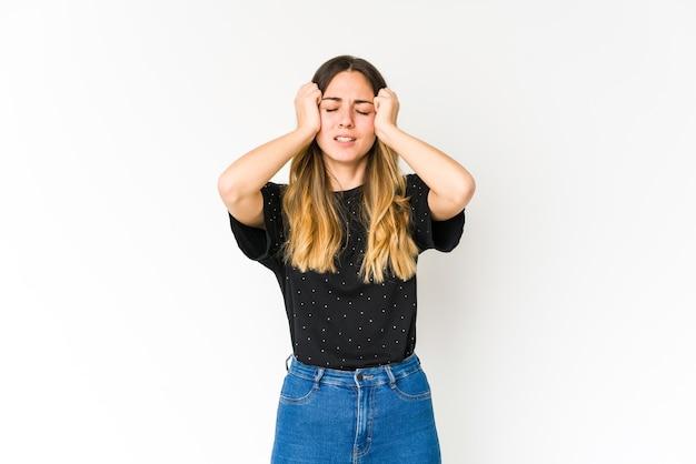 Jovem mulher caucasiana isolada no branco chorando, infeliz com o conceito de algo, agonia e confusão.