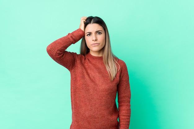 Jovem mulher caucasiana isolada sendo chocado, lembrou-se de uma reunião importante.