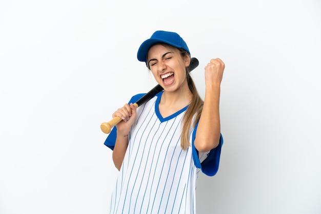 Jovem mulher caucasiana jogando beisebol isolado no fundo branco, comemorando uma vitória