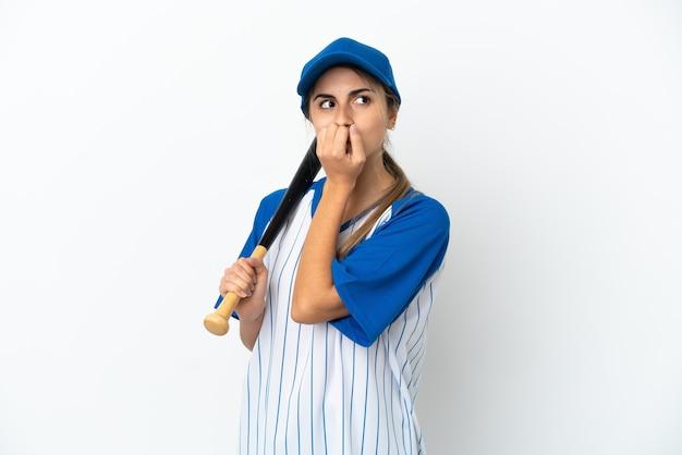 Jovem mulher caucasiana jogando beisebol isolado no fundo branco, tendo dúvidas