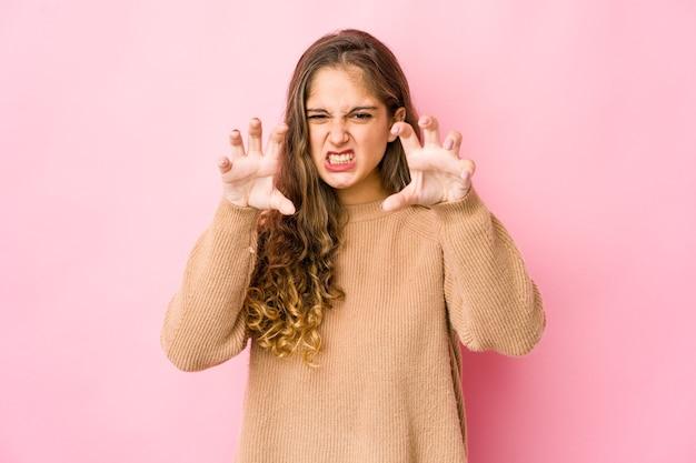 Jovem mulher caucasiana mostrando garras imitando um gato