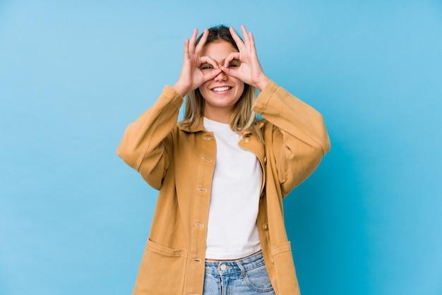 Jovem mulher caucasiana, mostrando sinal bem sobre os olhos