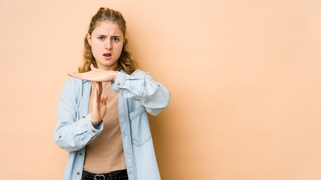 Jovem mulher caucasiana, mostrando um gesto de tempo limite.