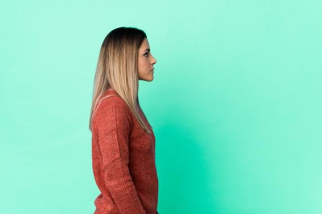 Jovem mulher caucasiana, olhando para a esquerda, pose de lado.