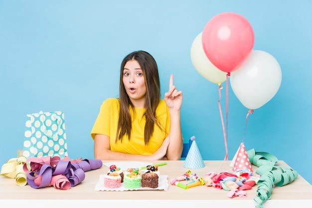 Jovem mulher caucasiana, organizando um aniversário, tendo uma ótima ideia, o conceito de criatividade.
