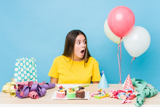 Jovem mulher caucasiana organizando um aniversário