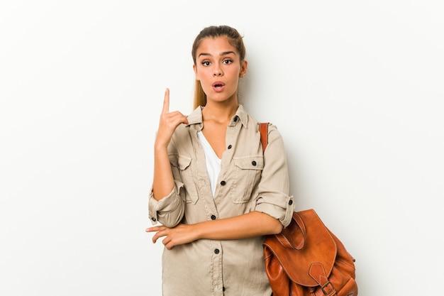 Jovem mulher caucasiana, pronta para uma viagem, tendo uma ótima ideia, o conceito de criatividade.