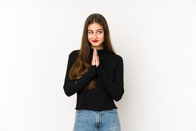 Jovem mulher caucasiana, rezando, mostrando devoção, pessoa religiosa em busca de inspiração divina.