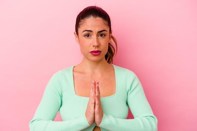 Jovem mulher caucasiana rezando
