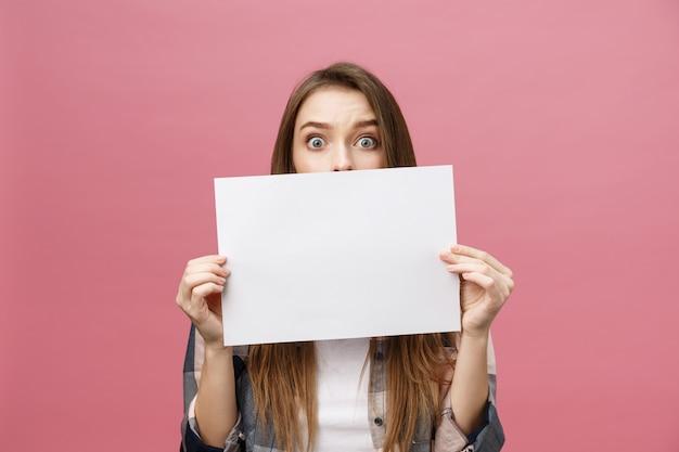 Jovem mulher caucasiana, segurando a folha de papel em branco