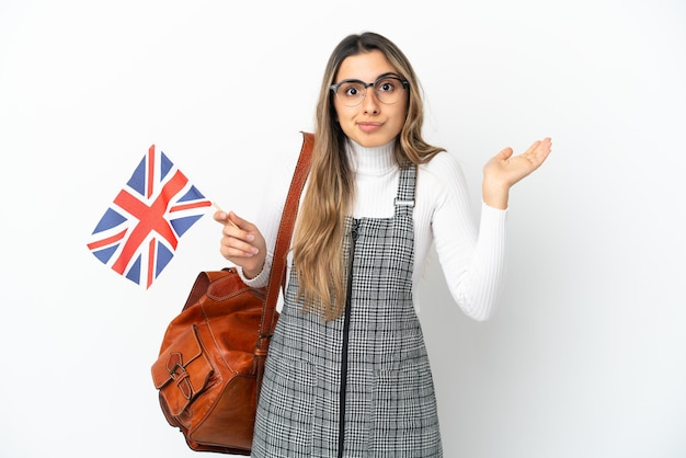 Jovem mulher caucasiana segurando uma bandeira do reino unido isolada