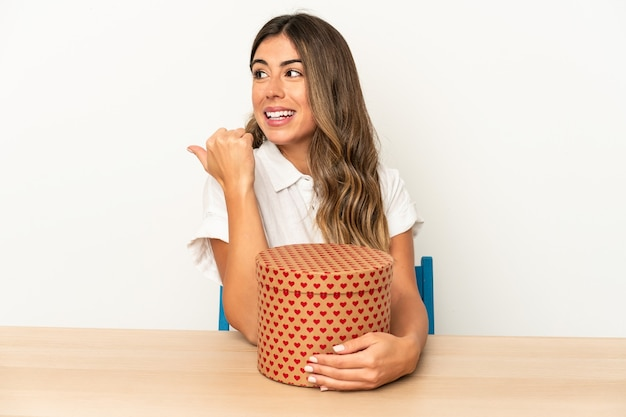 Jovem mulher caucasiana segurando uma caixa de dia dos namorados