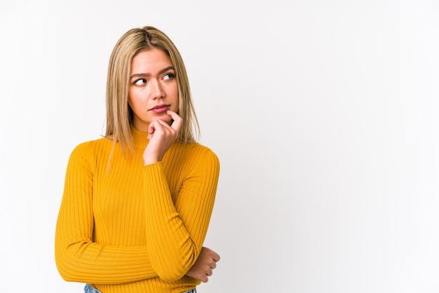 Jovem mulher caucasiana, tentando ouvir uma fofoca.