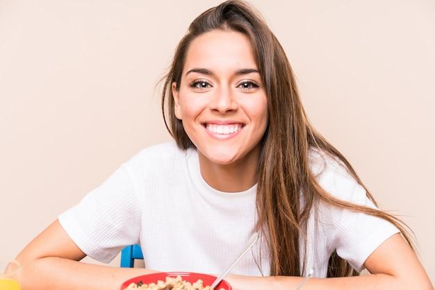 Jovem mulher caucasiana, tomando café da manhã