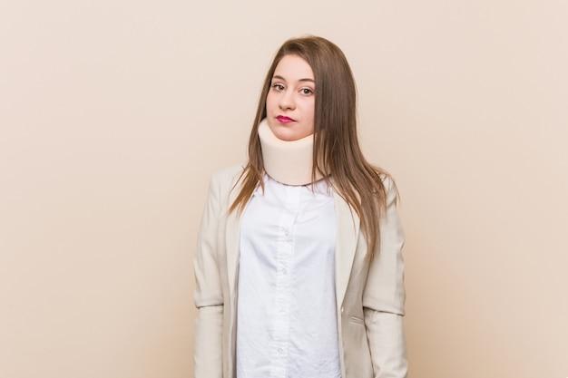 Jovem mulher caucasiana, vestindo uma coleira cervical