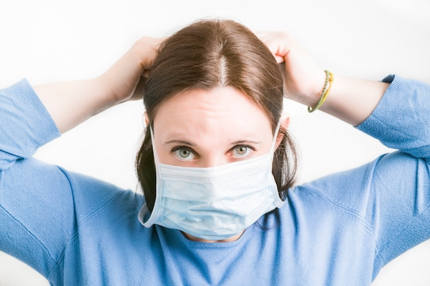 Jovem mulher caucasiana, vestindo uma máscara de proteção contra vírus