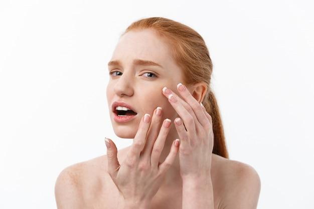 Jovem mulher caucsian aperta acne no rosto de beleza