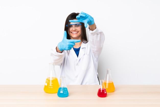 Jovem mulher científica em uma mesa com foco no rosto. símbolo de enquadramento