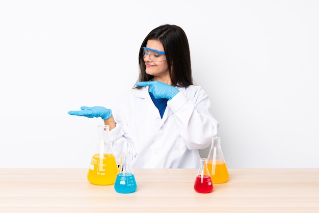 Jovem mulher científica em uma tabela