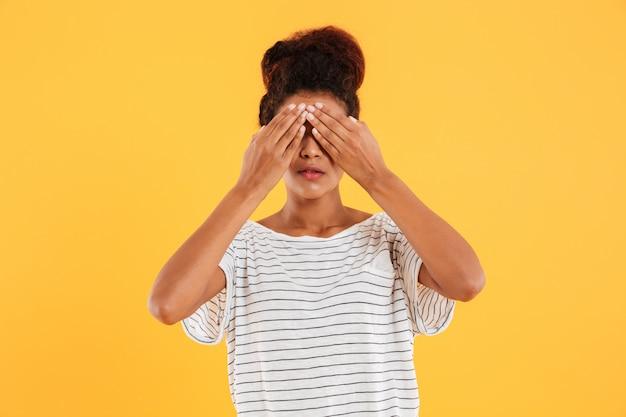 Jovem mulher cobrindo os olhos isolados