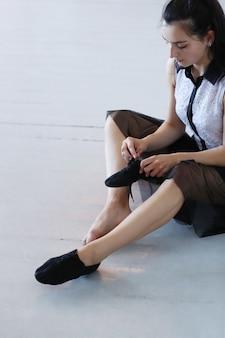 Jovem mulher colocando os sapatos