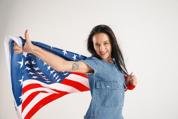 Jovem mulher com a bandeira dos estados unidos da américa
