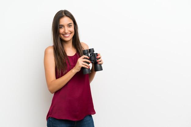 Jovem mulher com binóculos pretos