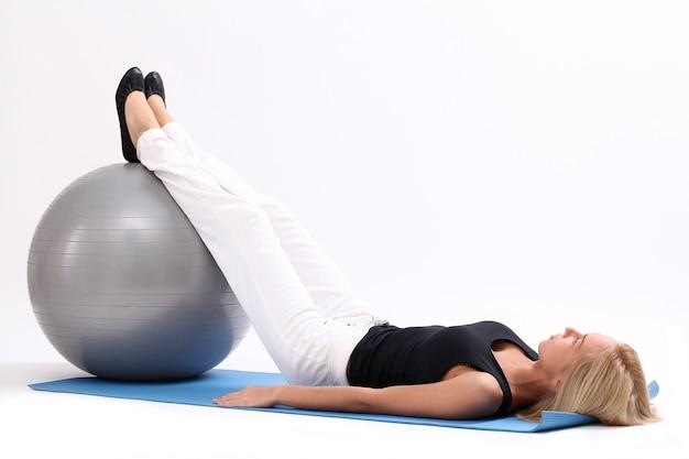 Jovem mulher com bola de fitness