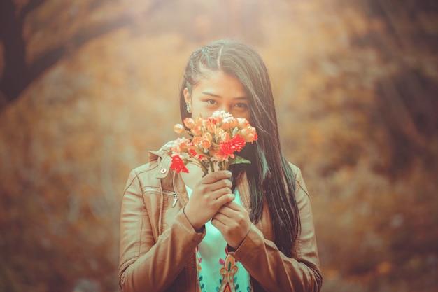 Jovem mulher com buquê de flores