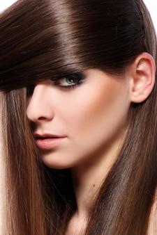 Jovem mulher com cabelo bonito