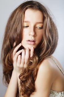 Jovem mulher com cabelo comprido