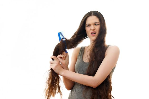 Jovem mulher com cabelo problema. no branco isolado