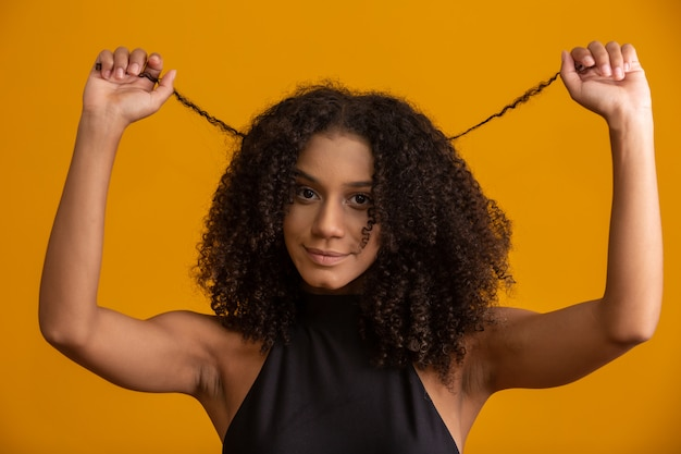 Jovem mulher com cabelos cacheados