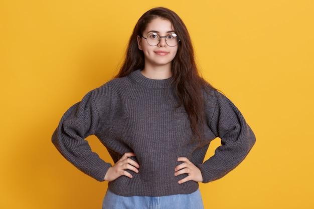 Jovem mulher com cabelos escuros com óculos redondos