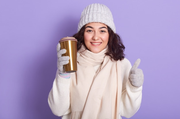 Jovem mulher com cachecol rosa pálido