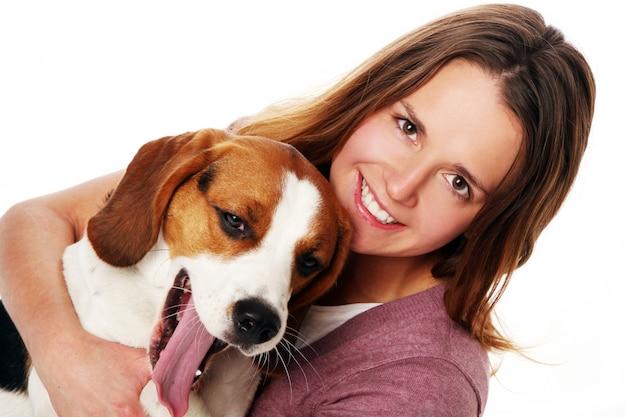 Jovem mulher com cachorro