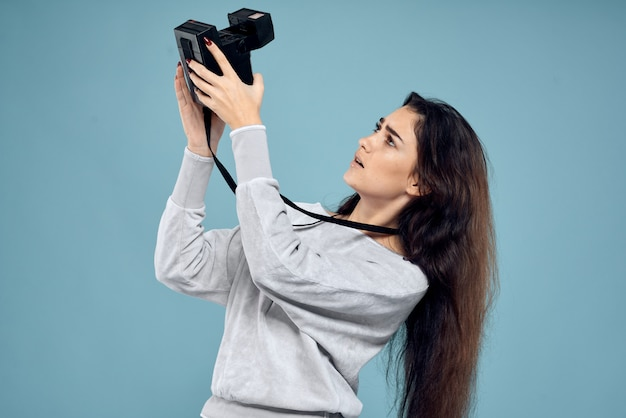 Jovem mulher com câmara fotográfica