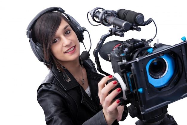 Jovem mulher com câmera de vídeo profissional, dslr, em branco