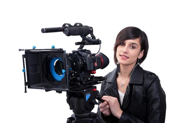 Jovem mulher com câmera de vídeo profissional, slr, em branco