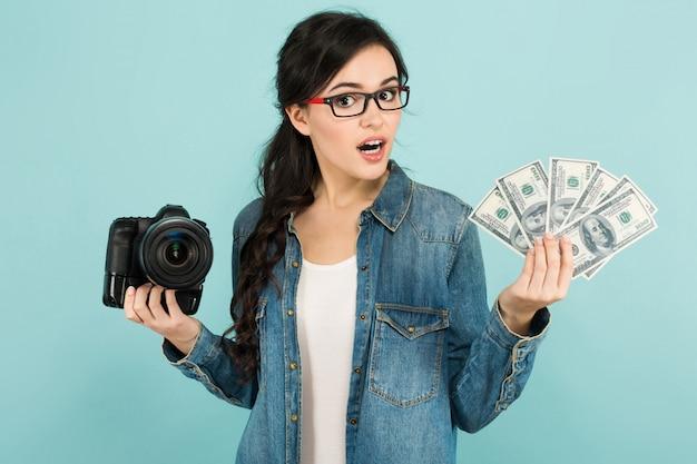 Jovem mulher com câmera e dinheiro