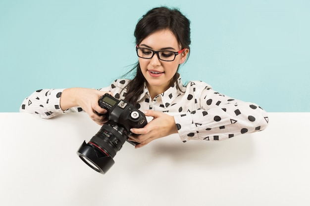 Jovem mulher com câmera