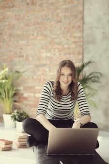 Jovem mulher com computador pc laptop