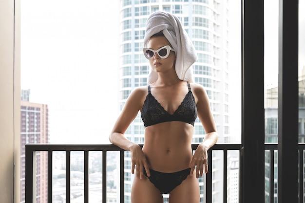 Jovem mulher com corpo bonito está usando lingerie sexy