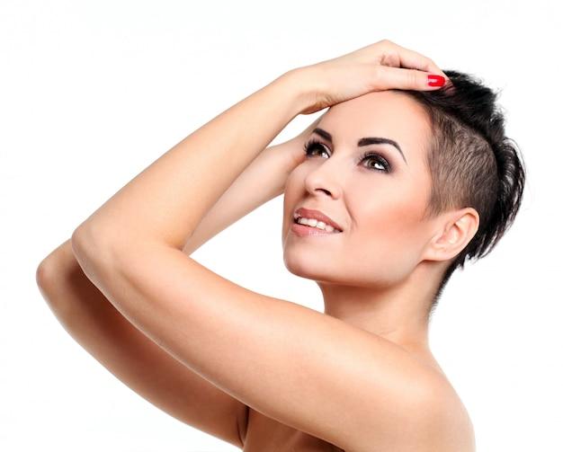 Jovem mulher com corte de cabelo e maquiagem de noite