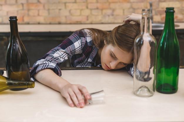 Jovem mulher com dependência de drogas e álcool.