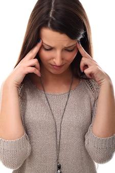 Jovem mulher com dor de cabeça