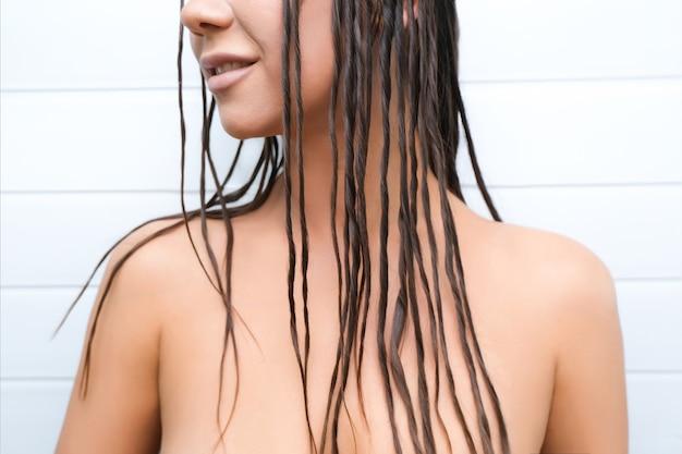 Jovem mulher com dreads sobre o corpo nu. dreadlocks falsos em um modelador