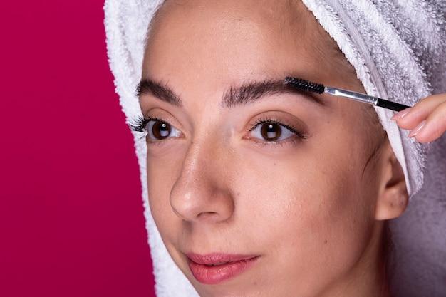 Jovem mulher com escova de olho Foto gratuita
