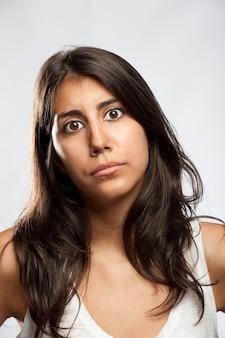 Jovem mulher com expressão triste